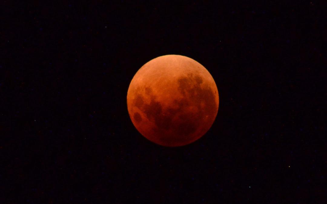 L'Eclissi di Luna più lunga del secolo e lo spettacolo della stella Dragone dei Canneti