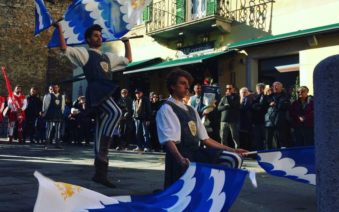 Esibizione dei Canneti alla Festa dell'Olio. Applausi biancazzurri in piazza della Libertà