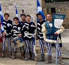 Bandiere dei Canneti in Piazza Chigi per l'apertura dell'Orcia Wine Festival